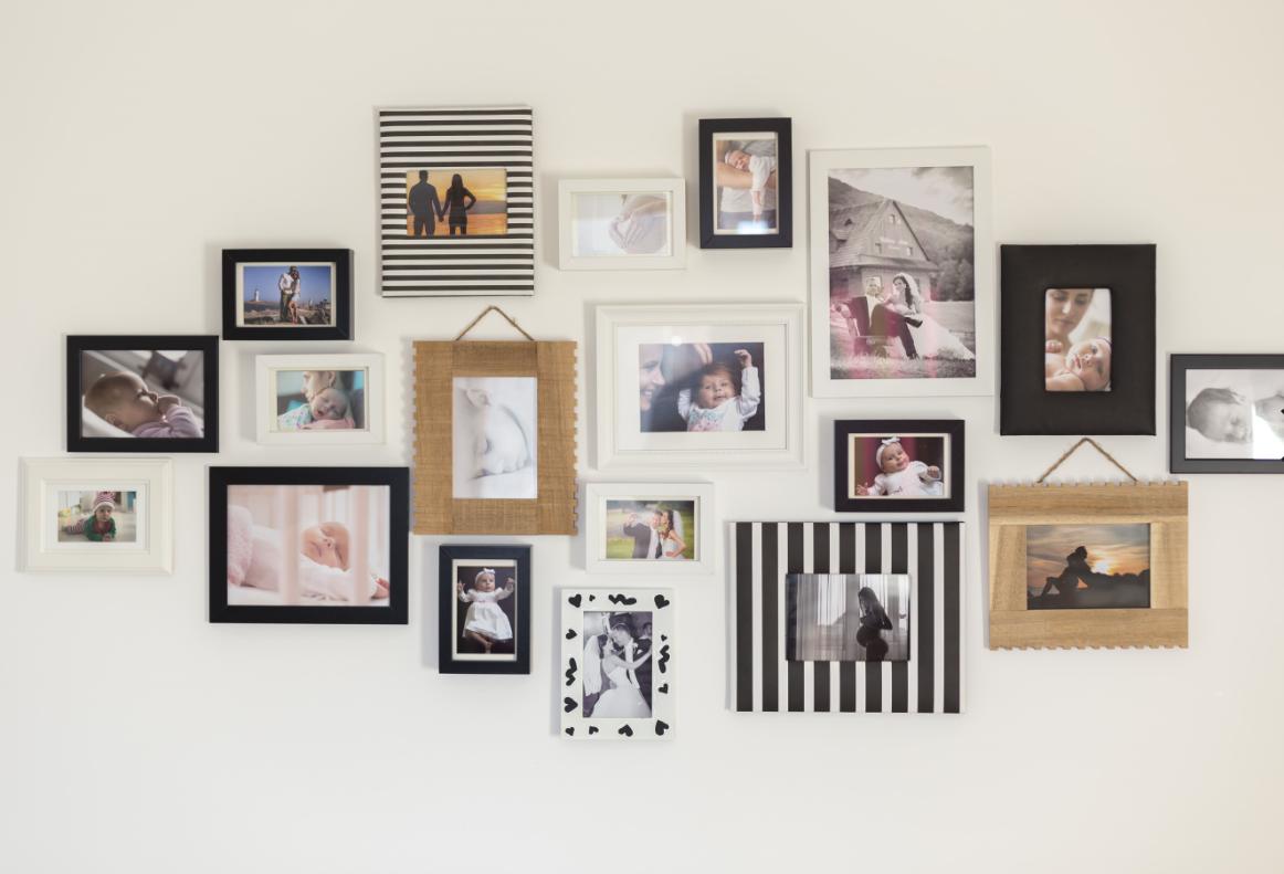 zdjęcia w ramkach na ścianie