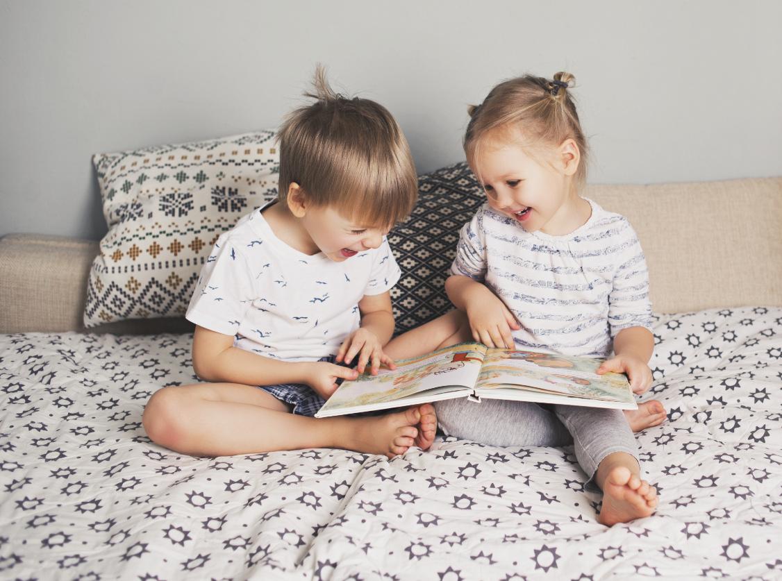 dzieci w łóżku z książką