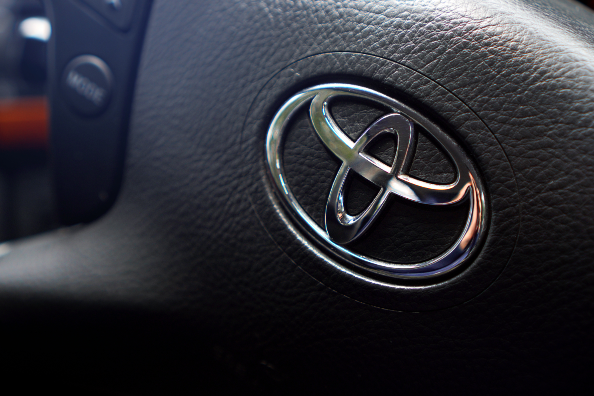 logo toyota na kierownicy