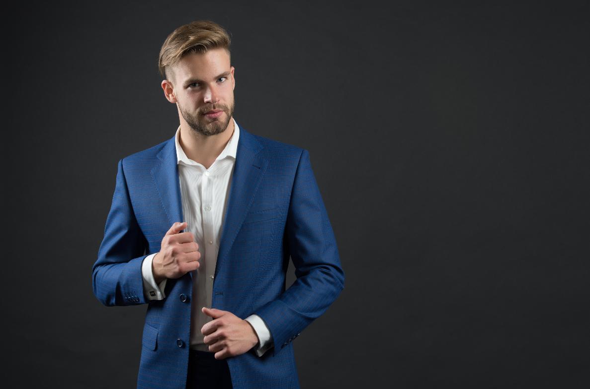 mężczyzna w garniturze dress code