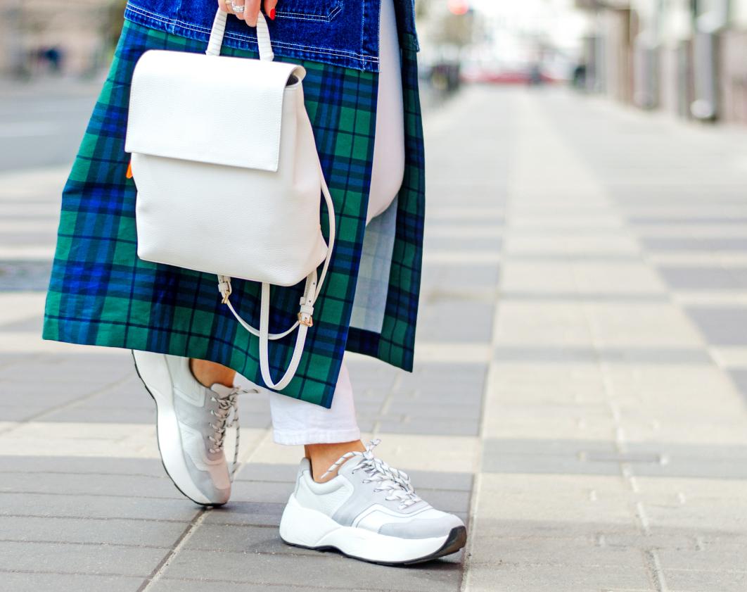 modna kobieta w sneakersach