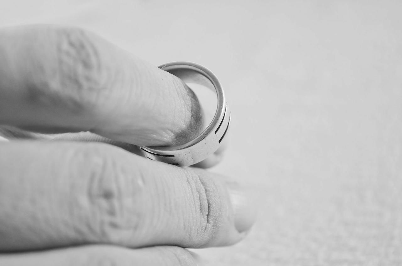 palec z obrączką rozwód