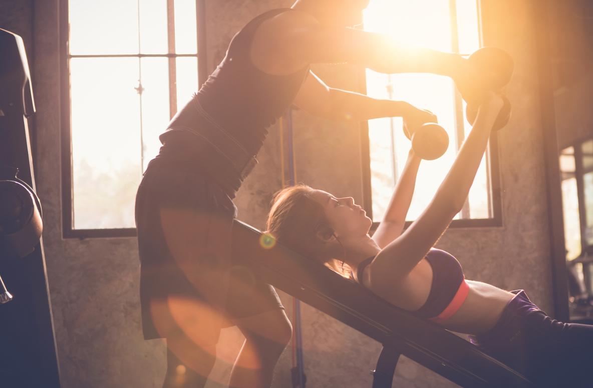 kobieta ćwicząca z trenerem personalnym