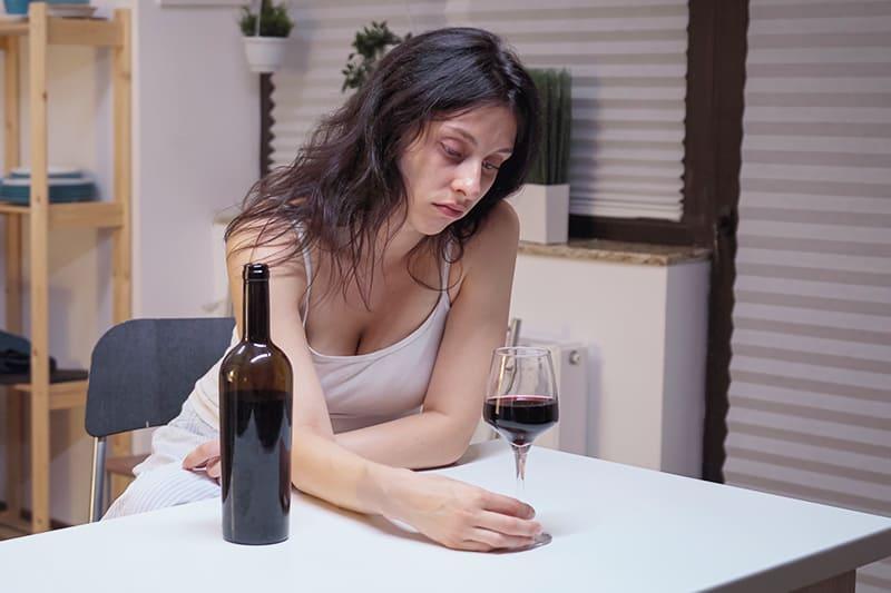 alkoholiczka w trakcie ciągu alkoholowego