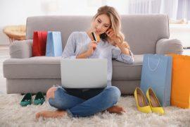 kobieta kupująca buty online