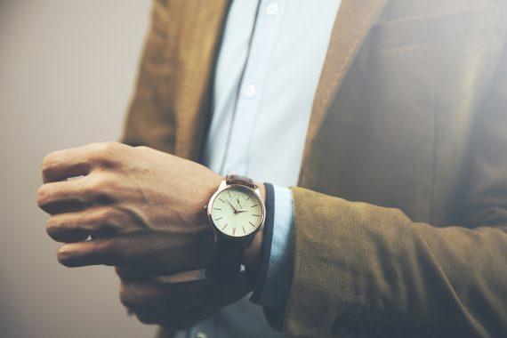 mężczyzna z eleganckim zegarkiem