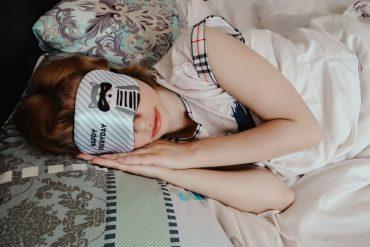 kobieta śpiąca w maseczce na oczach