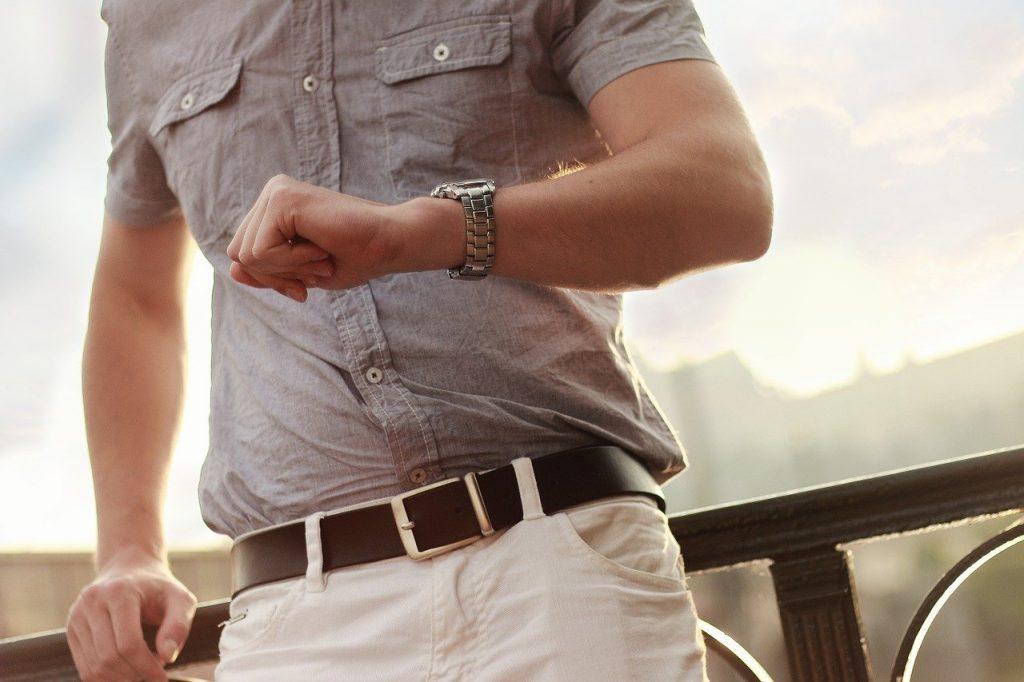 mężczyzna z zegarkiem na lekkiej bransoletce