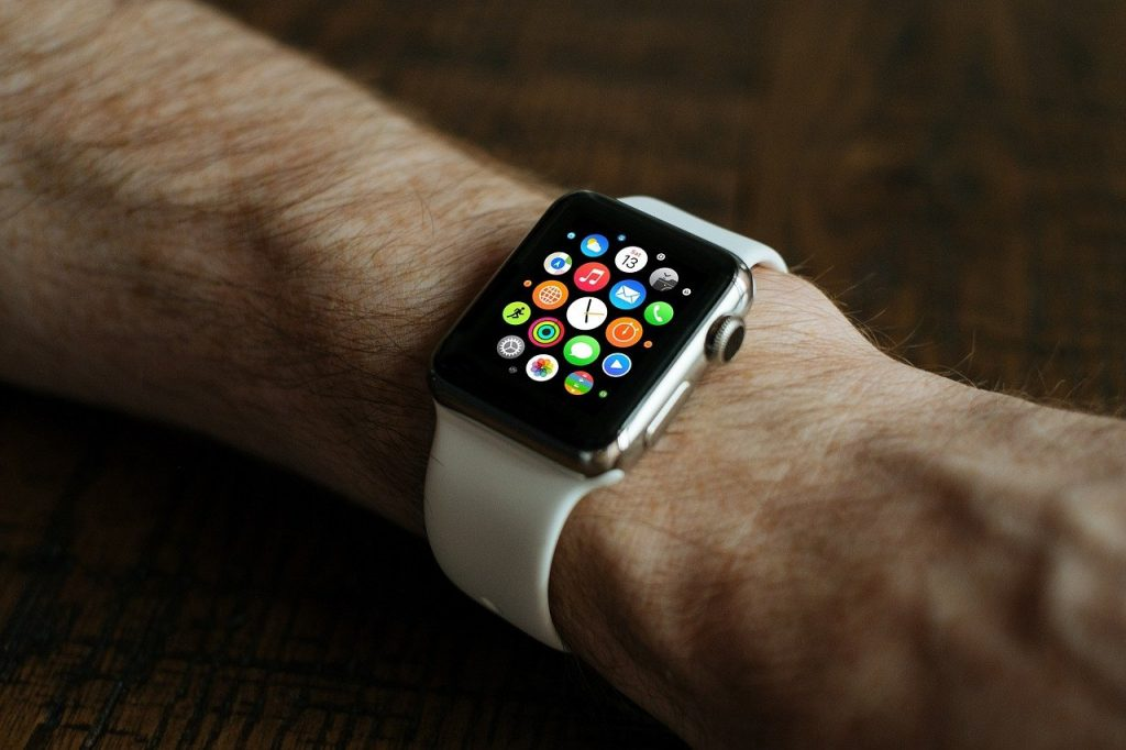 smartwatch na ręku