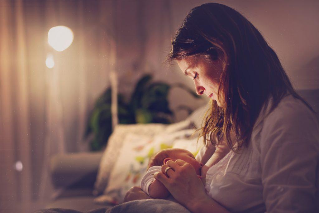 kobieta karmiąca noworodka