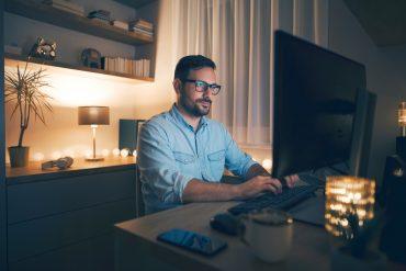 mężczyzna wysyłający e-pit