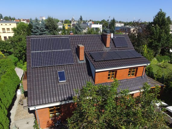 Panele fotowoltaiczne zainstalowane na dachu spadzistym