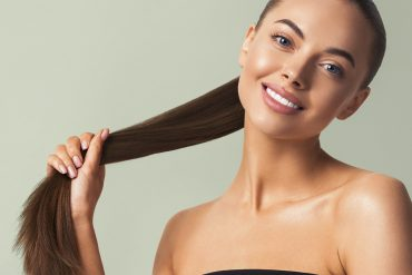 piękna kobieta z długimi włosami