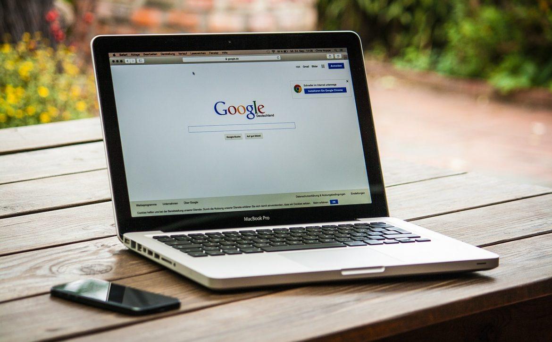 laptop z otwartą wyszukiwarką google