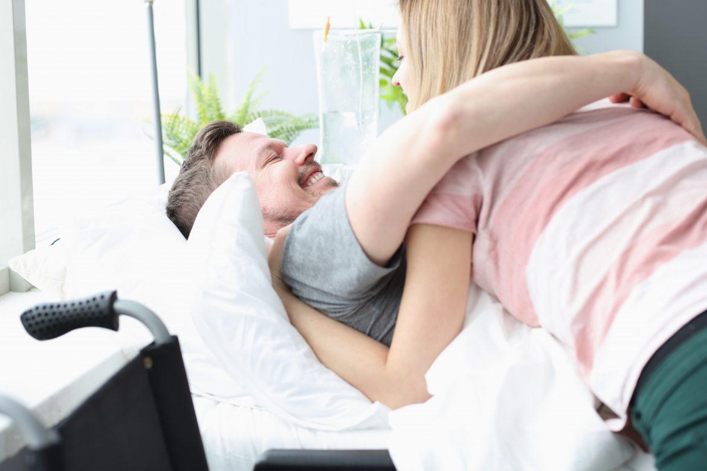 mężczyzna na łóżku rehabilitacyjnym