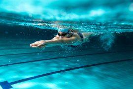 kobieta płynąca w basenie strzałką