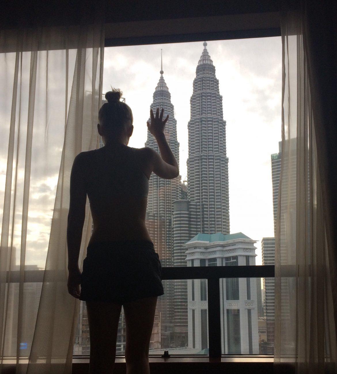 kobieta przy oknie rolety tekstylne