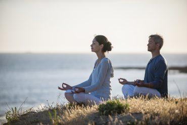 dwójka medytujących ludzi