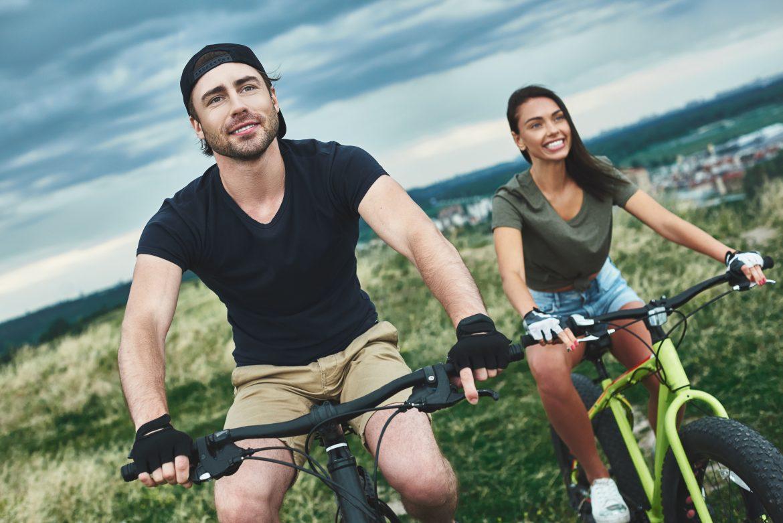 młodzi ludzie na rowerach