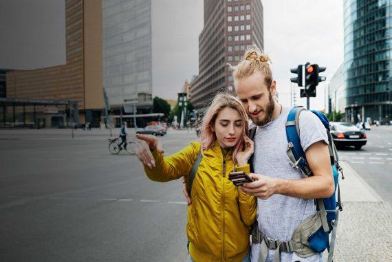 turyści w obcym mieście