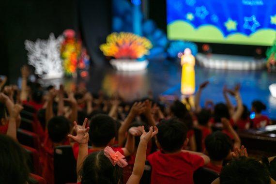 dzieci na przedstawieniu szkolnym