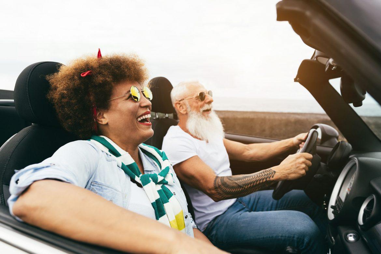dwójka ludzi w średnim wieku za kierownicą