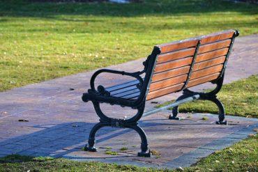ławka ogrodowa z drewna i metalu
