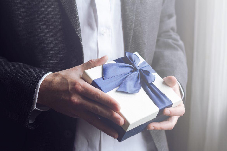 mężczyzna z prezentem w dłoni