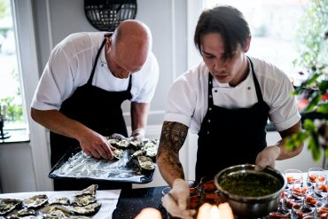 kucharze przygotowujący catering