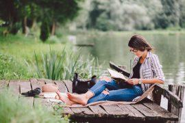 czytanie nad jeziorem