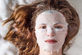 kobieta z maską w płachcie na twarzy