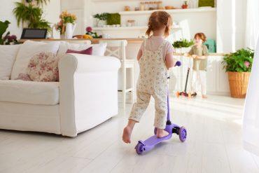 dzieci w domu na hulajnogach