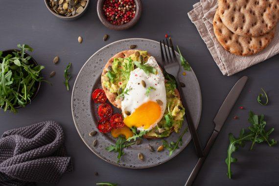 śniadanie na pięknym talerzu