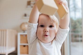 dziecko z drewnianymi klockami