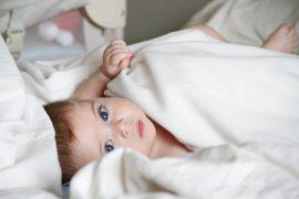 niemowlę w pościeli